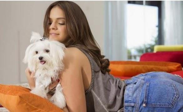 Bruna Marquezine e Julia Petit em campanhas de beleza internacionais