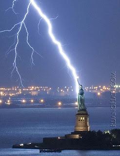 Foto Momen Langka Ketika Patung Liberty Disambar Petir !!! - Infoinfo unik