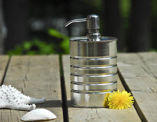 manualidad de lata reciclada convertida en dispensandor de jabón o jabonera