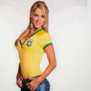 Mexicana Inés Sainz faz caras e bocas e veste a camisa da seleção brasileira