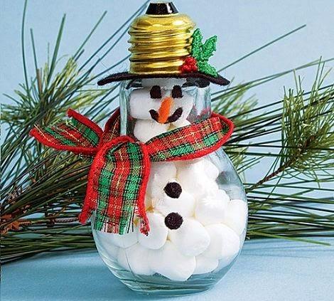 Muñeco de nieve con bombillas recicladas