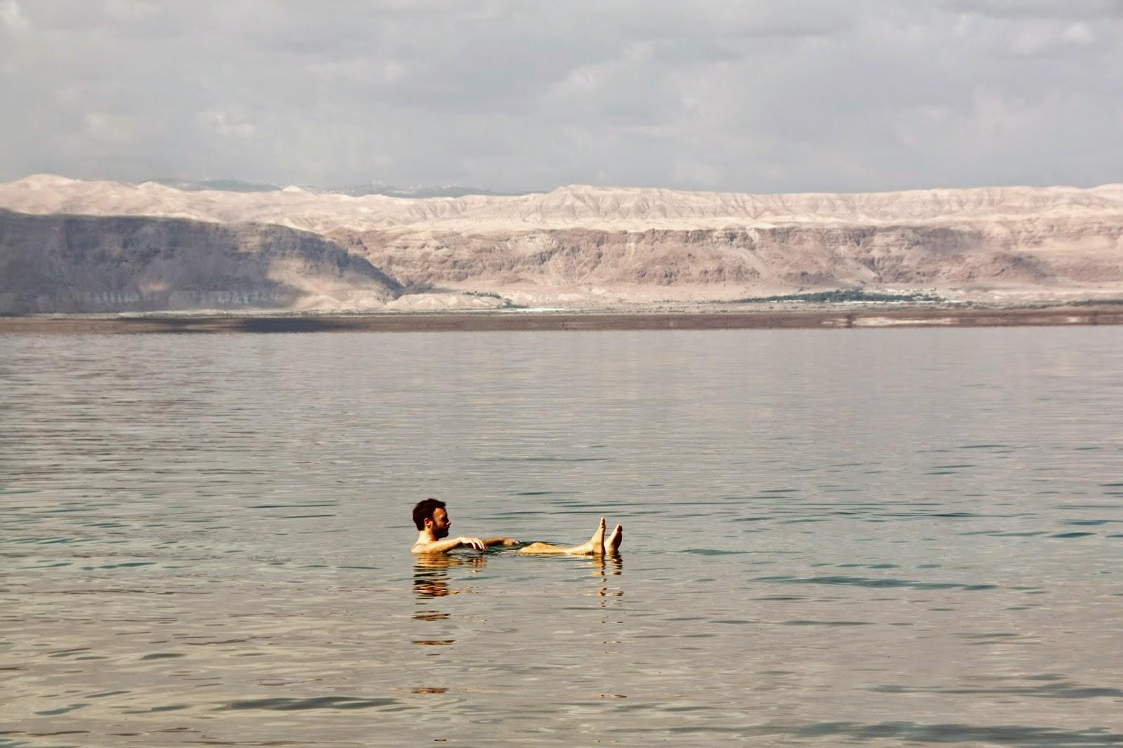 Baño en el Mar Muerto, Israel al fondo.