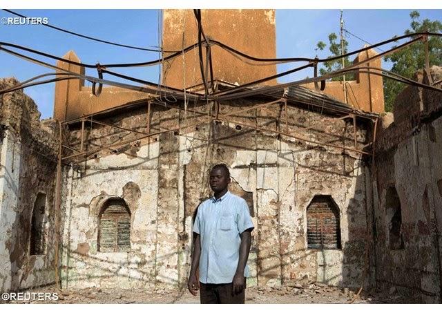 Sacerdotes sem paramentos após igrejas incendiadas no Níger