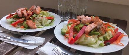 Herkullinen lohiavkado salaatti kahdelle