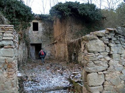 L'habitatge del Molí de la Codina es troba a la banda sud formant un pati o lliça amb altres edificis annexes