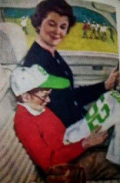 Niño emocionado con su camiseta mientras su madre le mira.