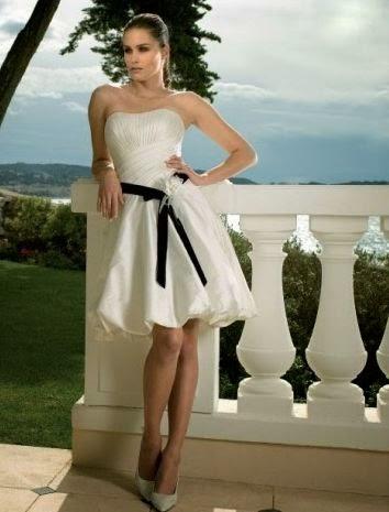 Vestido de Novia Corto, Strapless y con Cinturon Negro