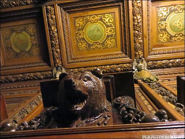Парадная столовая Бильдерлингов - голова медведя рычащего