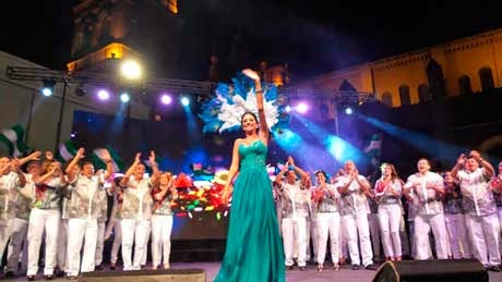 Anabel Angus es proclamada reina del Carnaval cruceño en la plaza 24 de Septiembre