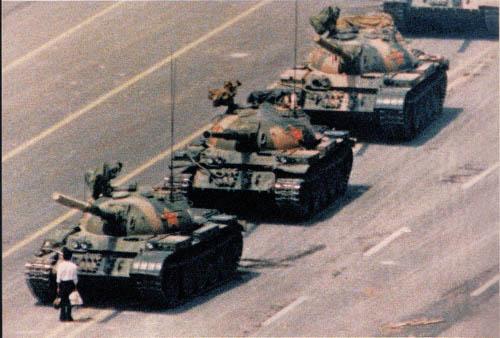 Homem solitário enfrenta tanques de guerra, em manifestação na Praça da Paz Celestial,  em Pequim, China