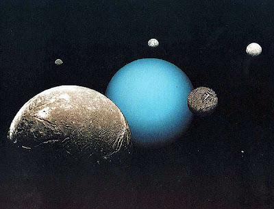 Kelima satelit terbesar mengelilingi Uranus. Tampak di foto dari yang paling depan ke kanan: Ariel, Miranda, Titania, Oberon, dan Umbriel.