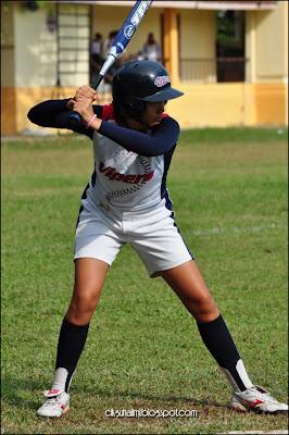 Pasukan sofbol perempuan Vipers Penang bersiap untuk batting