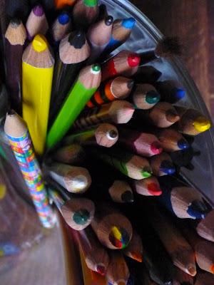 Stifte im Köcher mit Bunt- und Bleistiften
