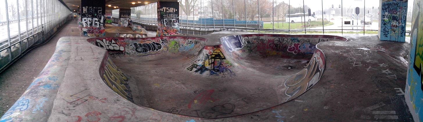 Skatepark onder de A8 in Koog aan de Zaan Bowl gedeelte