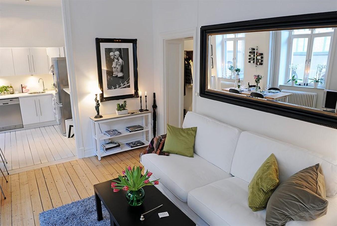 W perfekcyjnym domu lustro w salonie for De square design and interiors