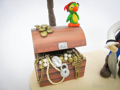 topo de bolo, biscuit, pirata, menino pirata, menino, papagaio, baú, tesouro