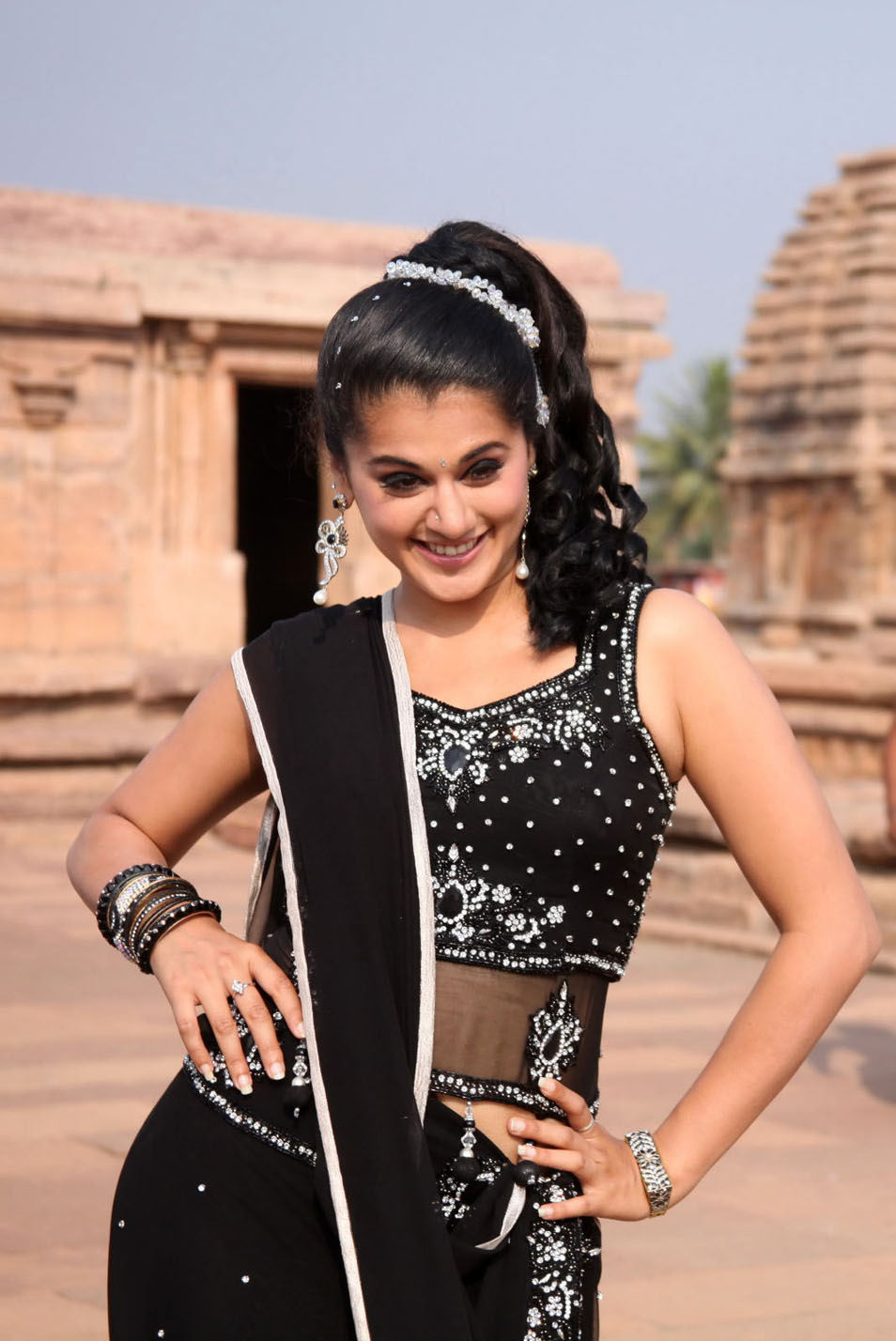 Actress Light Box Tapsee Hot Nave Show Vandhan Vendran Movie