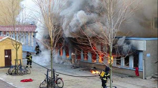 Sebuah masjid di Eskilstuna Swedia dibakar seorang tak dikenal ketika sedang dilaksanakan ibadah sahlat Dzuhur berjamaah, Kamis (25/12/2014) siang.