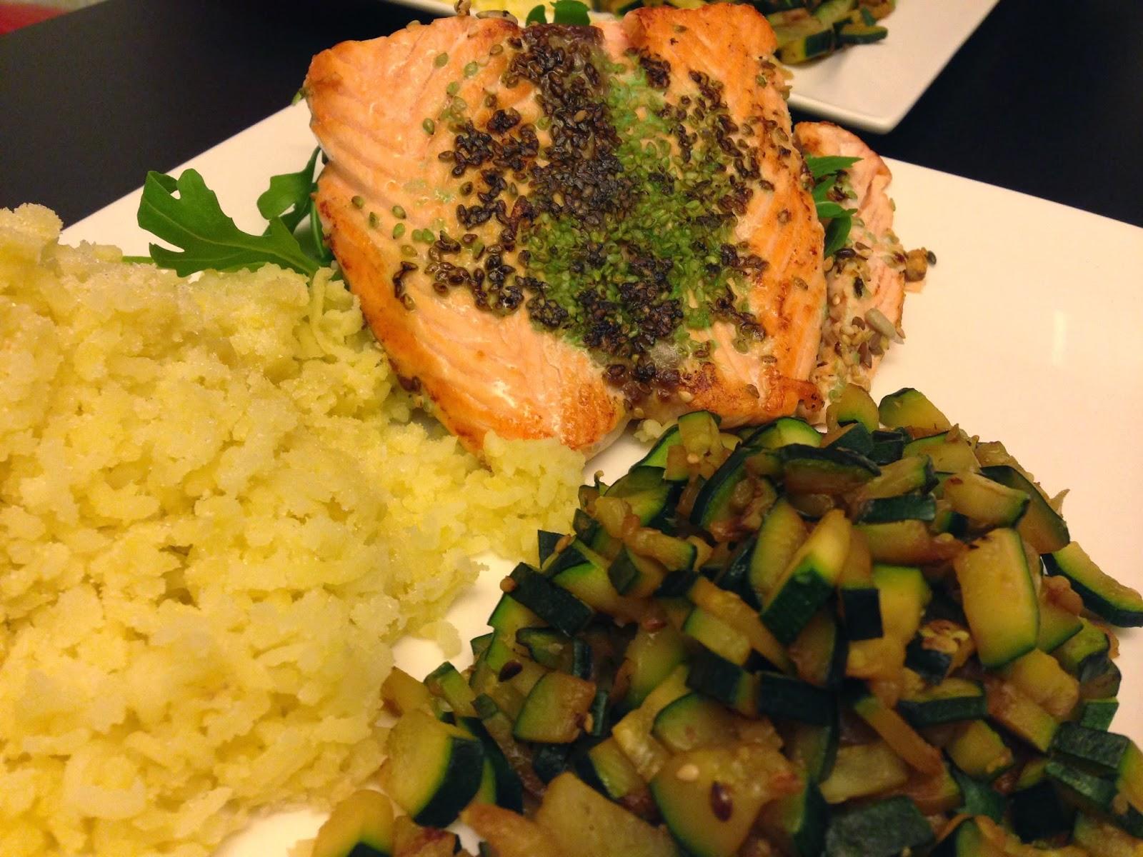 senza bimby, salmone ai semi, patate schiacciate, rucola e tartare di zucchine