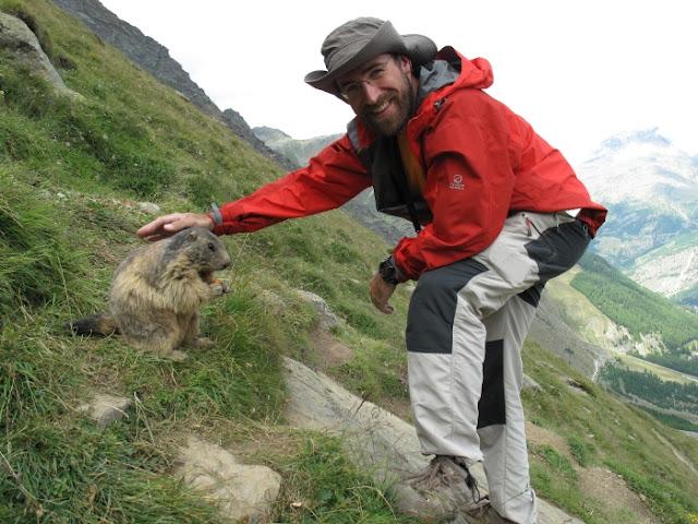 Con una marmota en los Alpes de Suiza