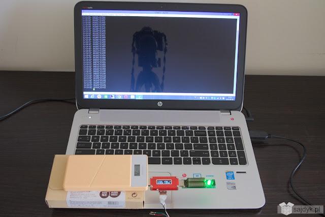 Pineng 10000mAh, miernik oraz rezystor. Całość podłączona do laptopa.