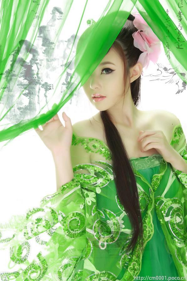 虽然成为过去的回忆 (suī rán chéng wéi guò qu dí huí yì),- Although it has become memories of the past, 歌声依旧在耳边 (gē shēng yī jiù zài ěr biān),- the song is still heard,