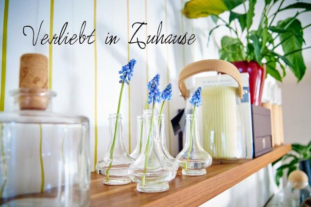 Traubenhyazinthen in kleinen Vasen für Holunderbluetchens Friday Flowerday