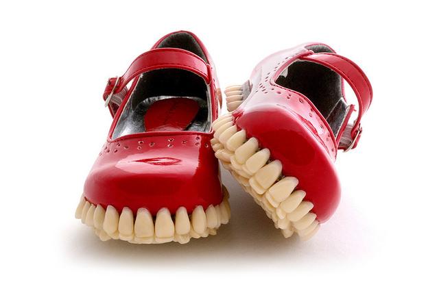 Inusitados sapatos com dentes por Fantich & Young