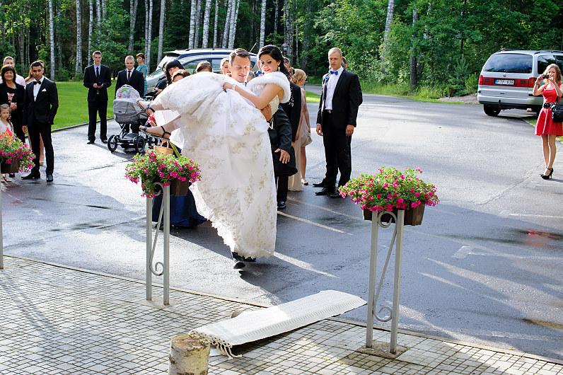 vestuvių papročiai: nešimas per lieptą