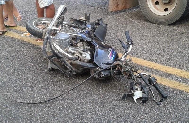 Em Ipú, acidente entre caminhão e moto na CE-187 com vítima fatal.
