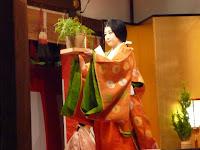 雅楽が流れるなか平安装束に身を纏った奉仕女房