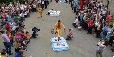 6 Tradisi Selamatan Bayi Paling Mengerikan di Dunia