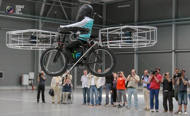 Журналисты присутствуют на презентации летающего велосипеда в Праге. (Petr Josek Snr/REUTERS)