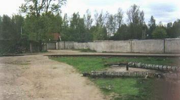 Бетонная стена с проходом на Богословское кладбище