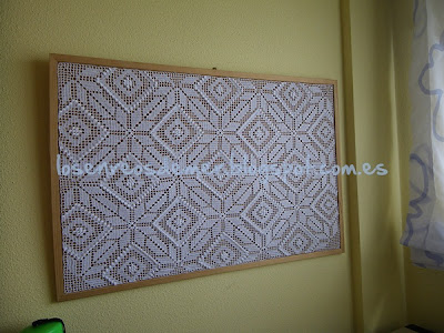Tablón de corcho decorado con ganchillo