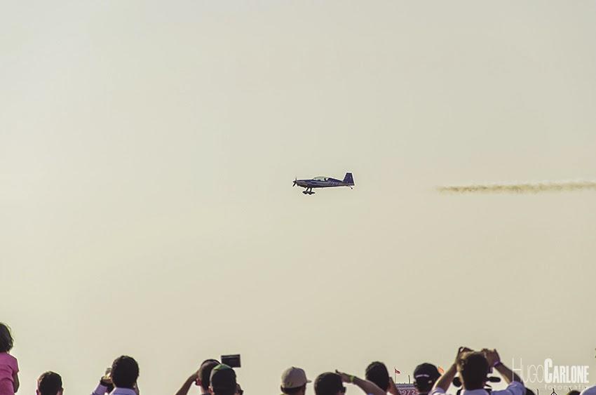 Público observa acrobacias de um avião