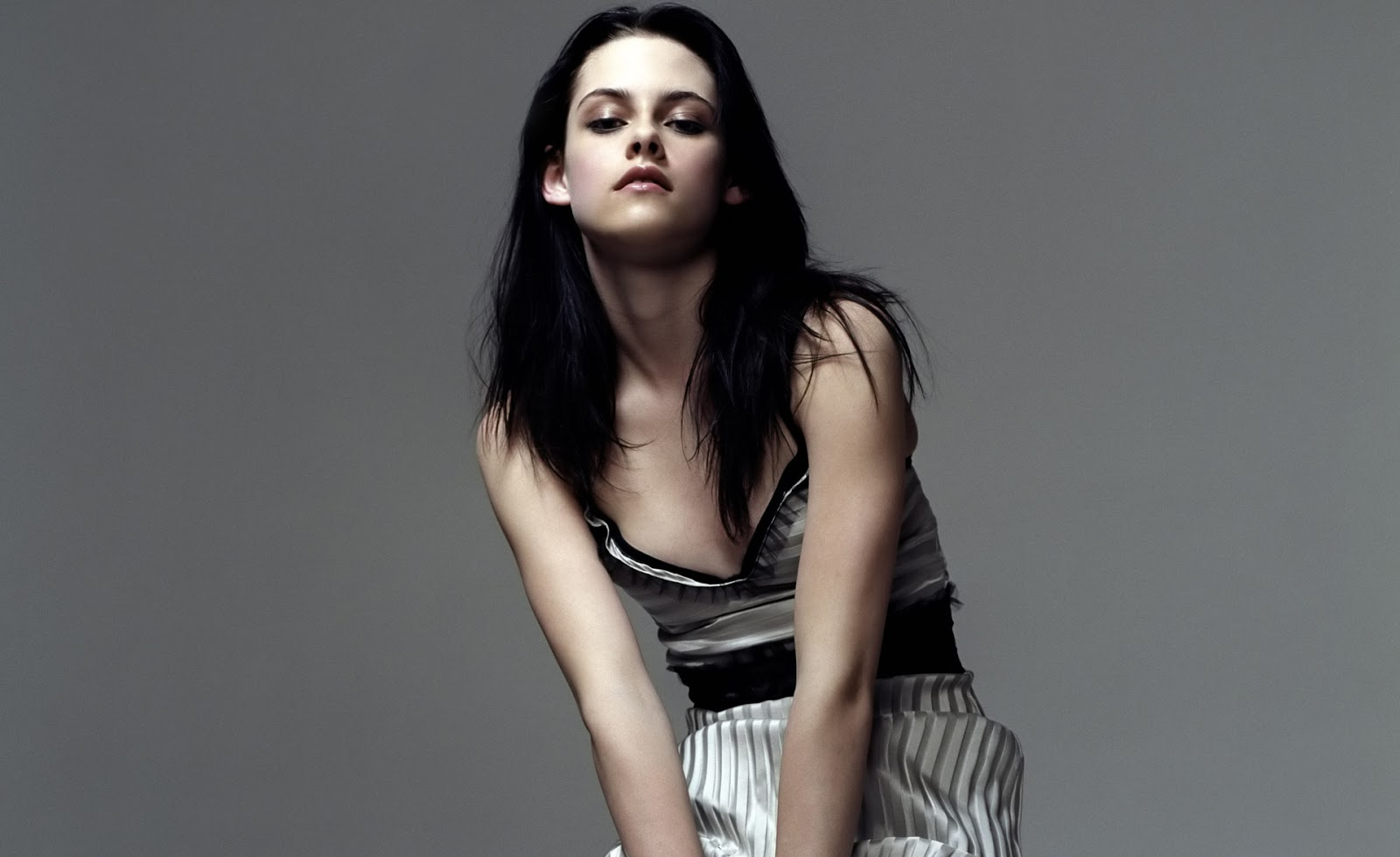 Download this Kristen Stewart Height Weight Body Measurements picture