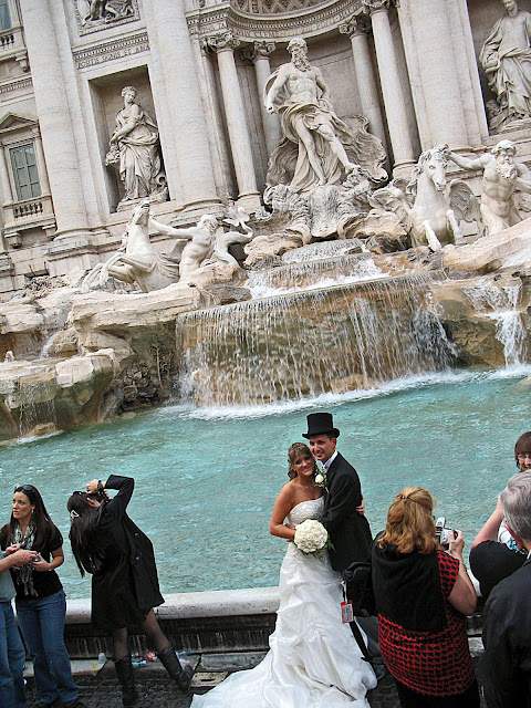newly weds at the Trevi fountain