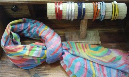 Fular con dibujos trazos de colores y pulseras a juego.