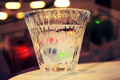 Cubo de gelo que avisa se a pessoa está bêbada