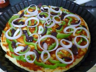 طريقة عمل بيتزا بالصوصيط (نقانق) بالخطوات المصورة