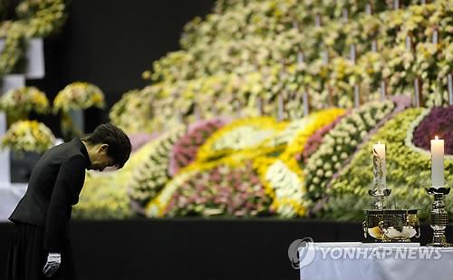 La presidenta Park Geun-hye ante el altar por las víctimas del ferri Sewol