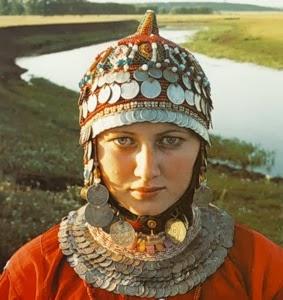 Девичий костюм. На берегу реки Черемшан. 2001.
