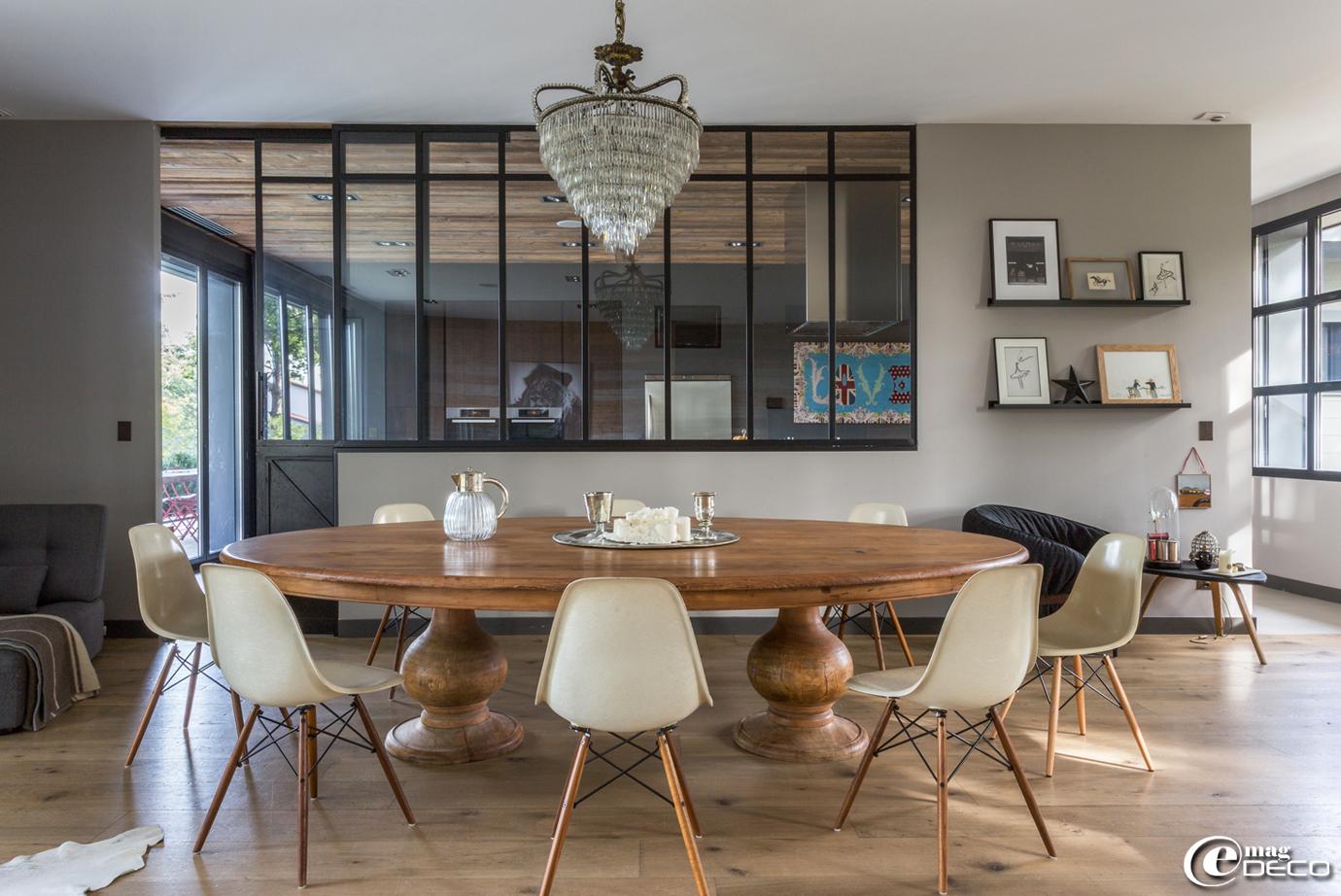 Dans la salle à manger de Cécile Siméone, grande table de chasseur, chaises DSW, signées Charles & Ray Eames, achetées chez 'Collection of Design' à Lyon