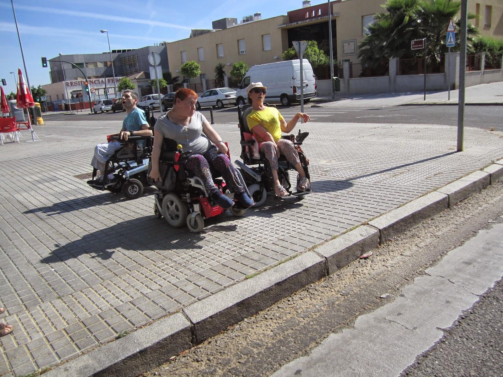 El paso de peatones sin vado rebajado hace que el cruce por ese lugar sea imposible para las personas usuarias de silla de ruedas.