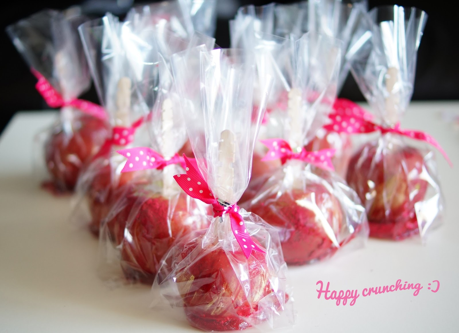 Raspberry & Vanilla flavoured Toffee Apples w/ a touch of Gold | Mia ...