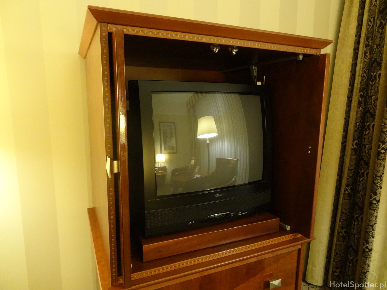 Maritim Hotel Berlin - pokoj Superior room CRT TV