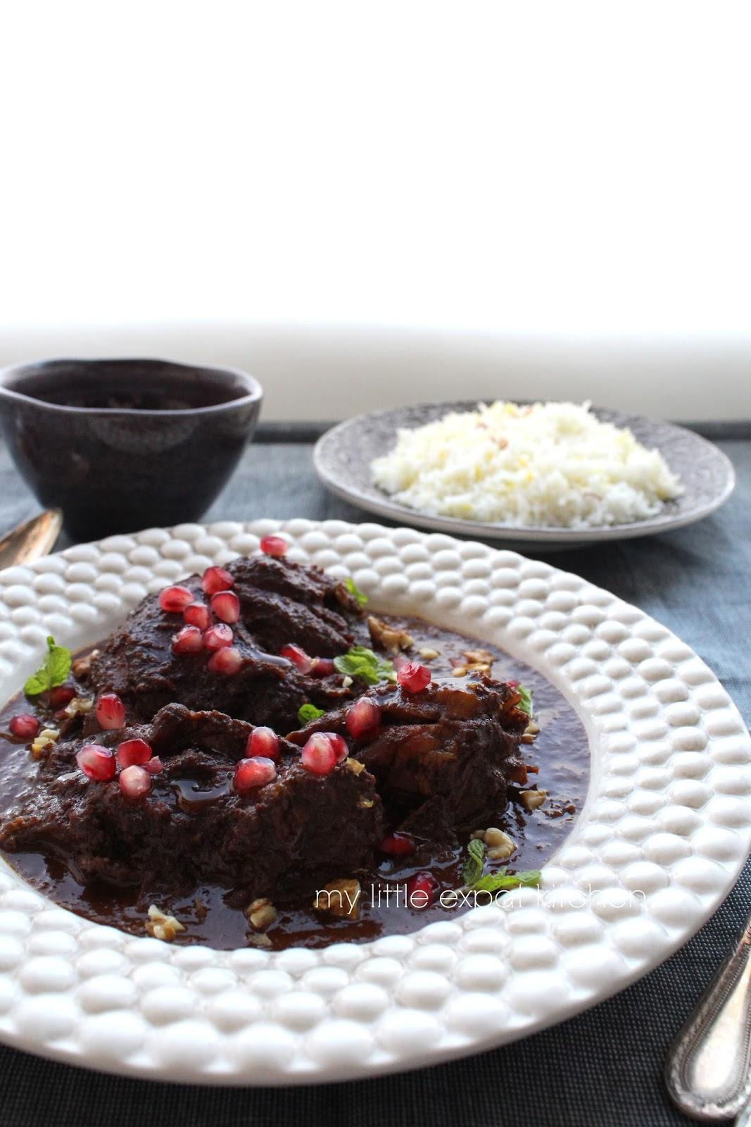 Σιγομαγειρεμένο κοτόπουλο στην κατσαρόλα σε σάλτσα από καρύδια και πετιμέζι, με ρύζι μπασμάτι αρωματισμένο με σαφράν (Ένα αλλιώτικο περσικό Fesenjan)