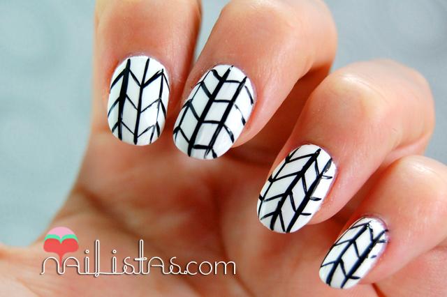 Uñas decoradas con motivos geométricos // Retícula en blanco y