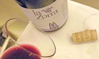 Vista parcial de botella copa y tapon de vino la Zorra